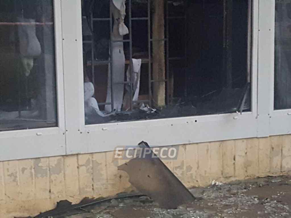 У Києві невідомі підірвали банк: на місці події працювали пожежники і швидка