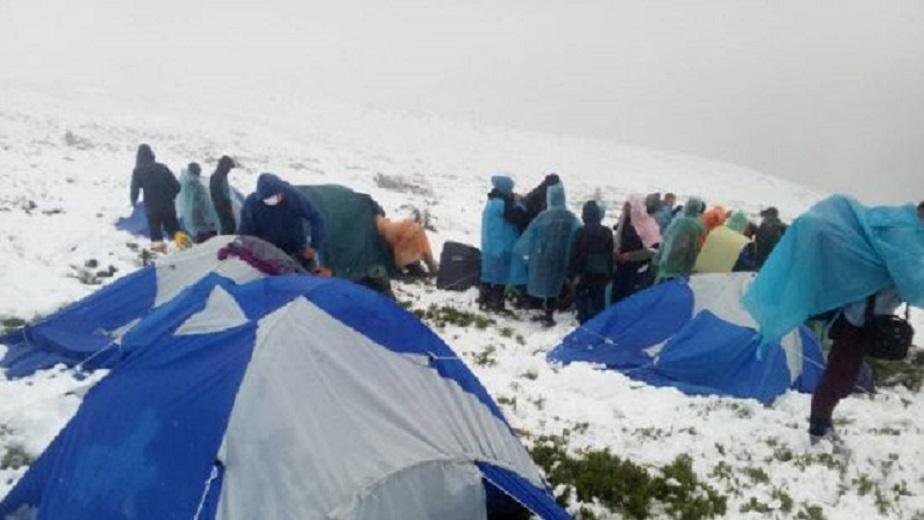 Дитячий наметовий табір в Карпатах засипало снігом: Рятувальники терміново евакуюють дітей