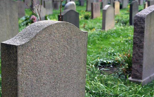 """""""Люди почули пронизливий плач малюка"""": Мати кинула свого новонародженого сина вмирати на цвинтарі"""