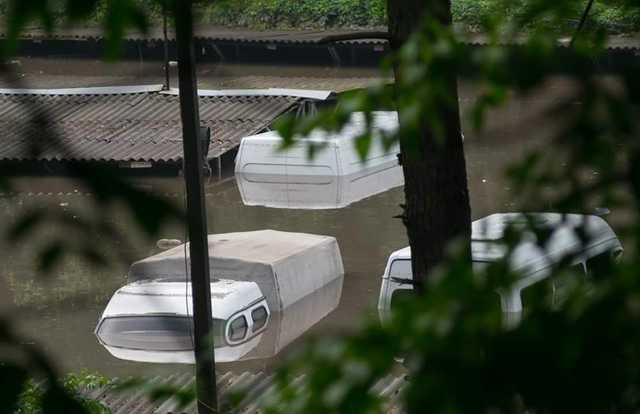 """""""Автомобілі повністю під водою, люди на човнах або по шию у воді"""": У Мережі показали катастрофічні наслідки негоди у Чернігові"""
