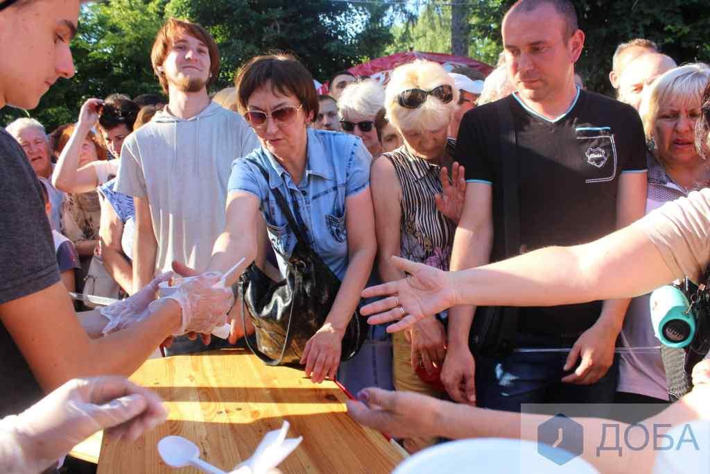 """""""Довелося буквально розштовхувати оскаженілих городян"""": Тернополяни осоромились на всю країну  через безкоштовну їжу (відео)"""