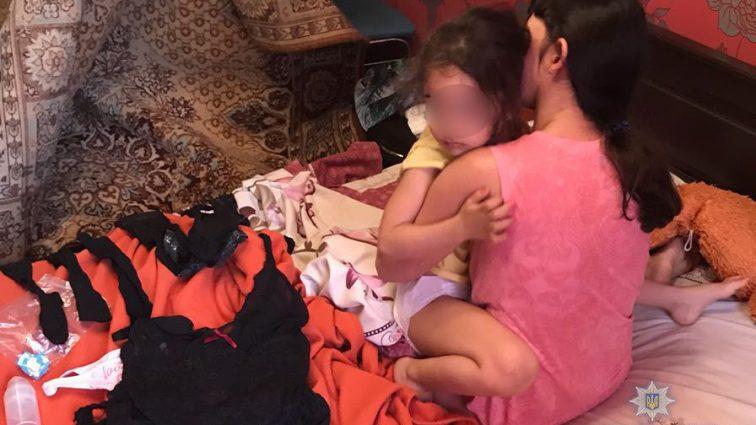 """""""Після того, що робила зі своєю донькою затримана, її…"""": Сімейна пара змушувала 4-річну дочку зніматися для непристойних відео"""