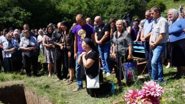 На панахиді оплакували юнака над гробом: Хлопець шокував всіх, з'явившись на власному похороні