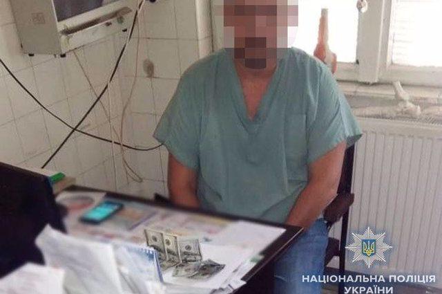 """""""Обіцяв допомогти у присвоєнні групи інвалідності"""": Лікаря-хабарника спіймали на гарячому"""