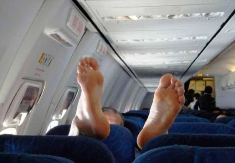 Через кілька днів помер: Смердючий пасажир, через якого екстренно посадили літак, виявився відомим музикантом