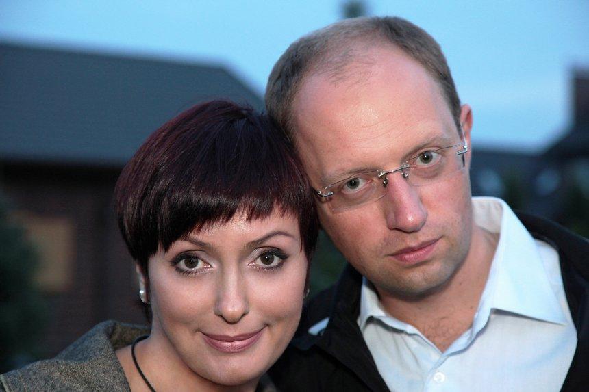 «Пластичні операції, цікаві батьки і мільйонні прибутки»: Вся правда про дружину екс-прем'єра Арсенія Яценюка. Чим зараз займається жінка.