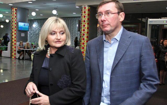 Ірина Луценко в подертих джинсах і син в рицарських обладунках. Мережу шокував зовнішній вигляд сім'ї Генпрокурора