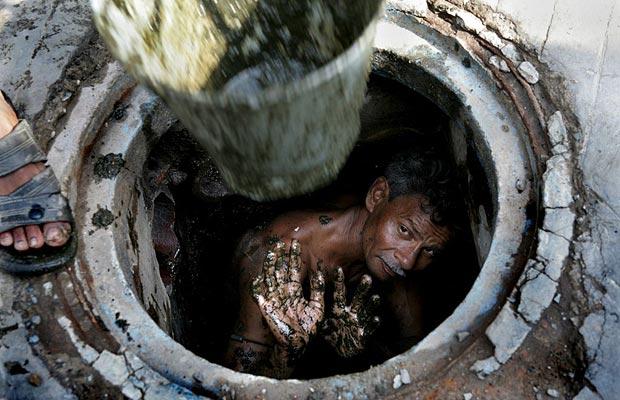 """""""На глибині 3 метри """": Тіла жінки та чоловіка знайшли у вигрібній ямі"""