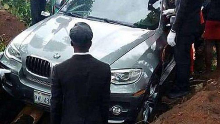 Розкішний автомобіль замість гробу: Похорони цього чоловіка приголомшили Мережу