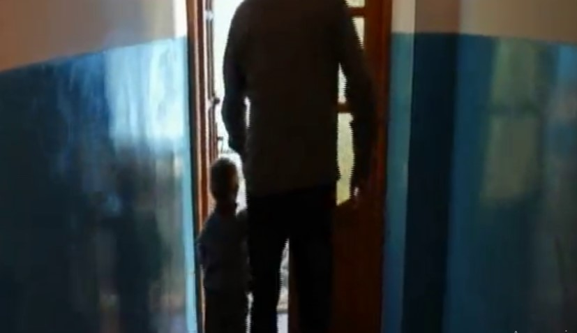 «Приводила своїх дітей в будинок до стариків, щоб ті гвалтували їх»: Мати продавала своїх синів у рабство