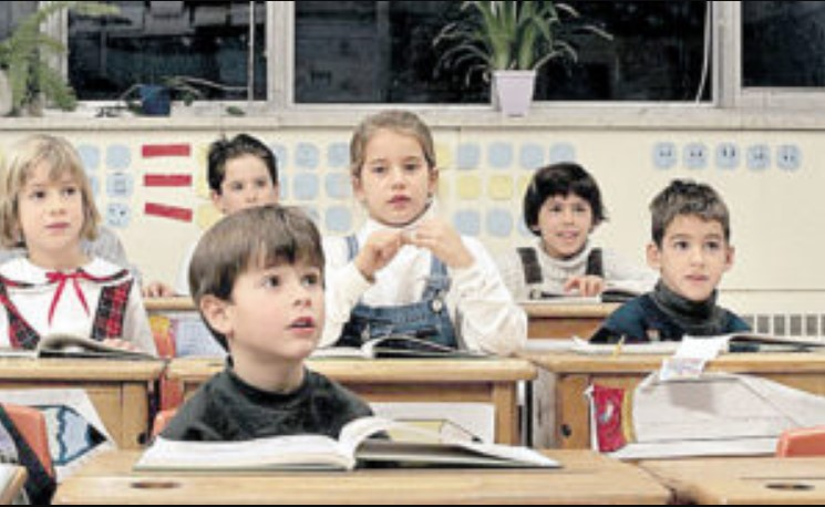 Поки жінка втілювала свої розпусні фантазії, діти зняли її на камеру: пристаріла вчителька затанцювала стриптиз на очах у цілого класу