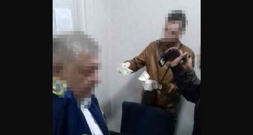 """""""Спіймали на гарячому"""": Працівників Львівської митниці затримали на хабарі"""