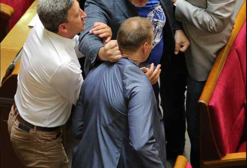 """""""Що ти гавкаєш"""": У стінах Верховної Ради скандальні депутати влаштували біку (ФОТО)"""