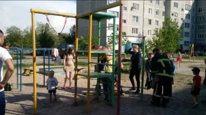 Хотів погратися та став полоненим будівлі-замку: У Львові, щоб вивільнити дитину викликали рятувальників