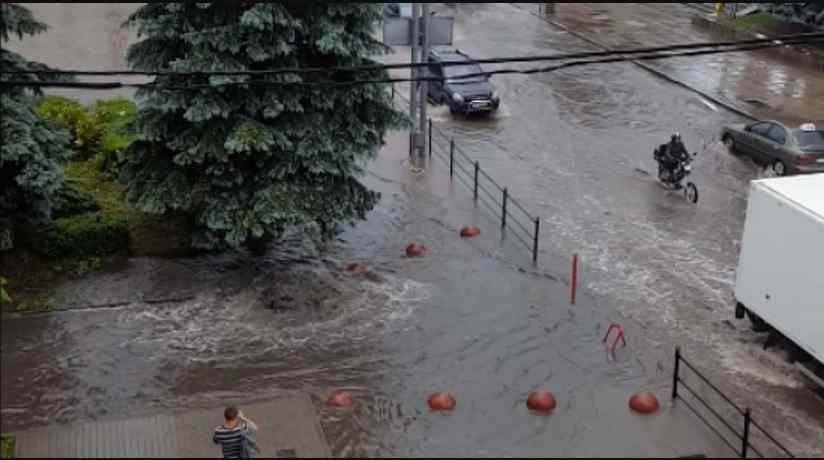 У Західних областях лютує негода: 15-хвилинна злива затопила кілька вулиць Тернополя