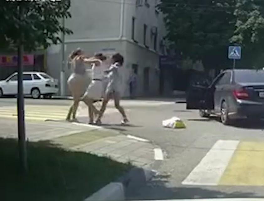 Посеред дороги схопила за волосся і розкрутила на 180 градусів: в Мережі набирає обертів відео бійки трьох дівчат: пішохода, водія і пасажира
