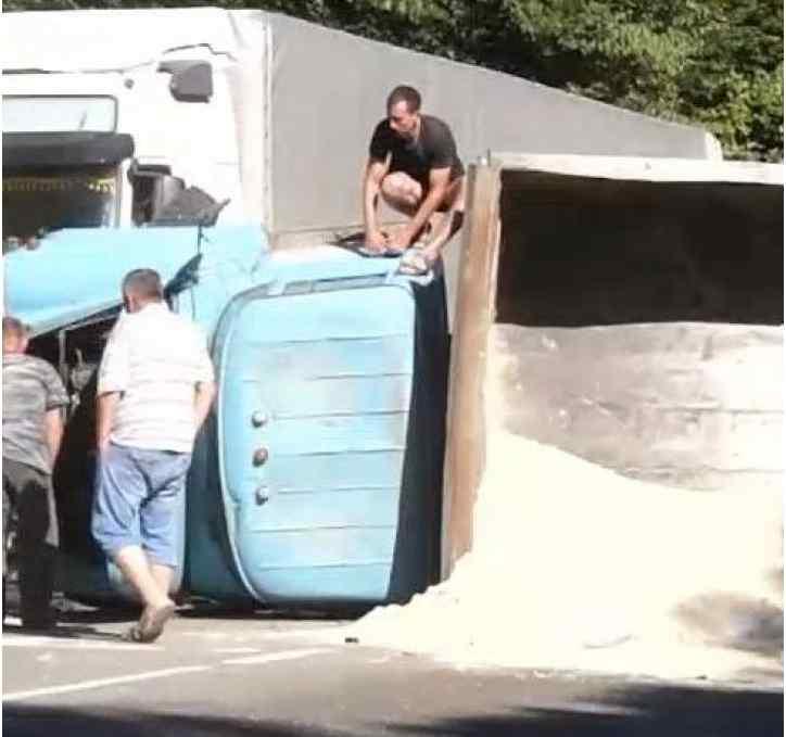Рейсовий автобус зіткнувся з вантажівкою: Багато жертв
