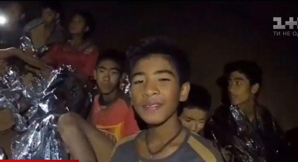Що ж там відбувається? Батькам визволених із тайської печери дітей досі не дозволили з ними побачитись