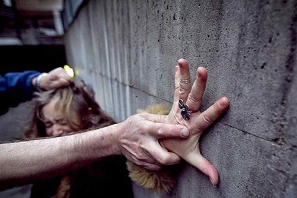"""""""Підкрався ззаду і почав жорстко лупцювати…"""": На Львівщині чоловік напав на двох дівчат і зґвалтував одну з них"""