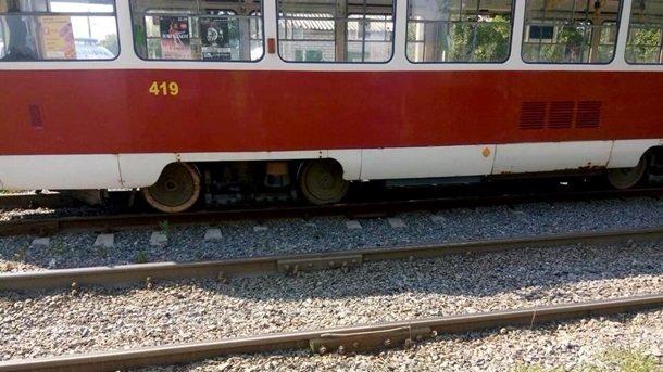 Помер на місці інциденту: чоловік трагічно помер під колесами трамваю
