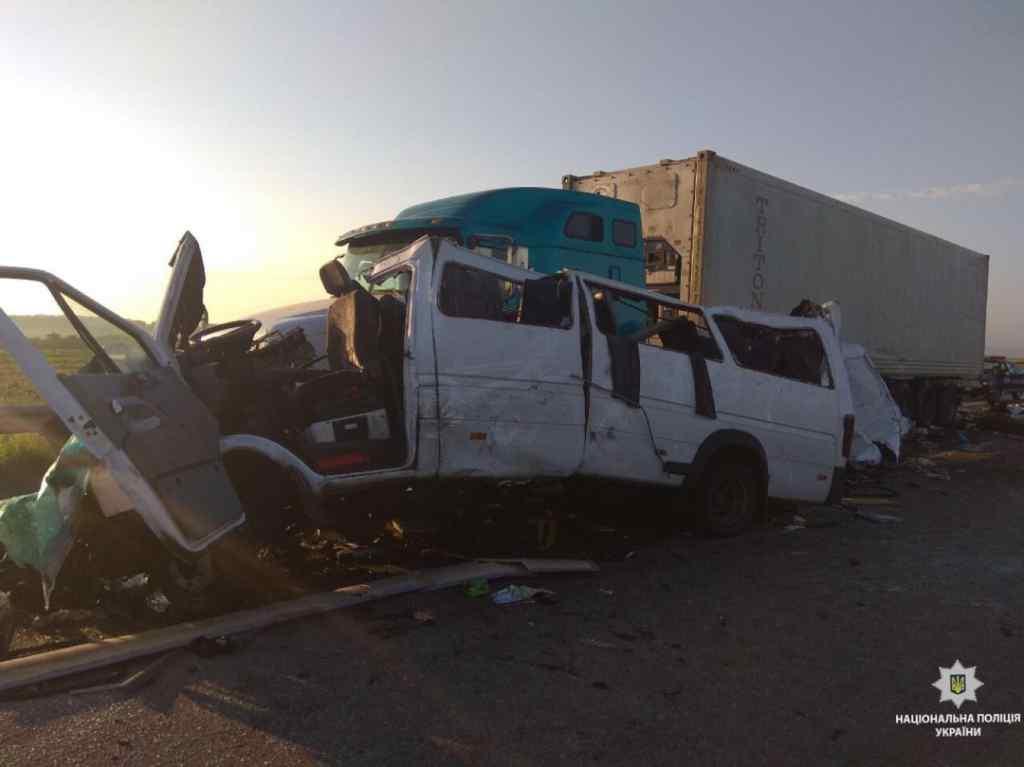 Моторошна ДТП на Миколаївщині: Мікроавтобус з іноземцями на шаленій швидкості врізався в фуру, п'ятеро загиблих