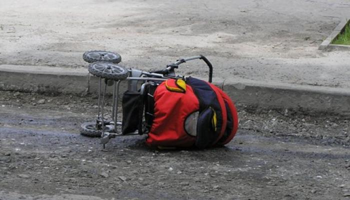 Не впорався з керуванням: На Львівщині мотоцикліст на швидкості збив візок із немовлям та дворічну дівчинку