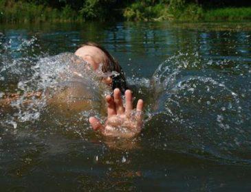"""""""Впала і втопилася"""": Рятувальники шукають тіло трирічної дівчинки"""