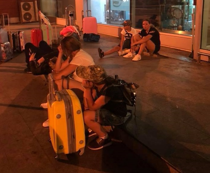 """""""Діти голодні другу добу, є травмовані"""": Ще одна група українців застрягла в аеропорту в Батумі"""
