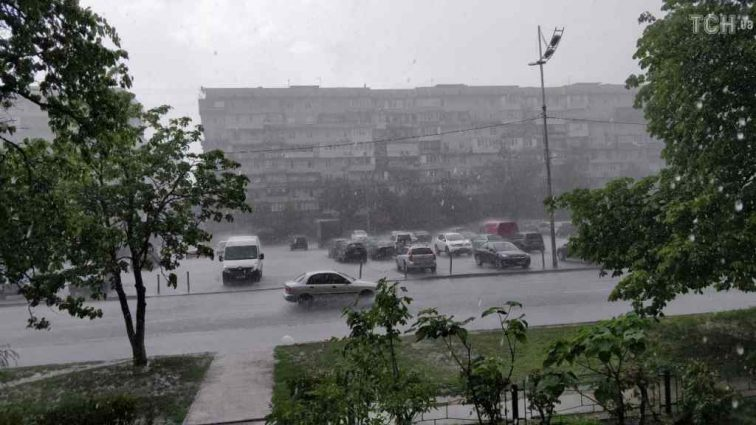 Потужна злива накрила столицю: автівки плавали затопленими вулицями (ФОТО)