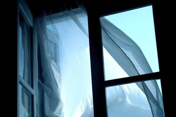 Батьки недогледіли: У Києві з вікна багатоповерхівки випала семирічна дівчинка