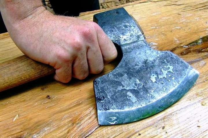 У Чернігові чоловік забив сокирою друга і жорстоко порізав жінку