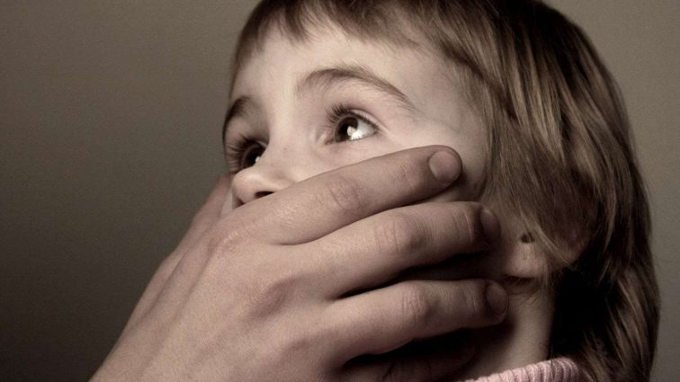 Поки жінка спала: Вітчим зґвалтував 9 річну пасербицю