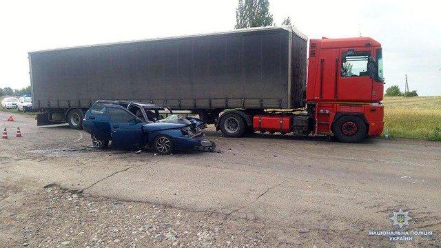 Моторошна ДТП на Донеччині: Легковик на шаленій швидкості врізався в вантажівку, є жертви