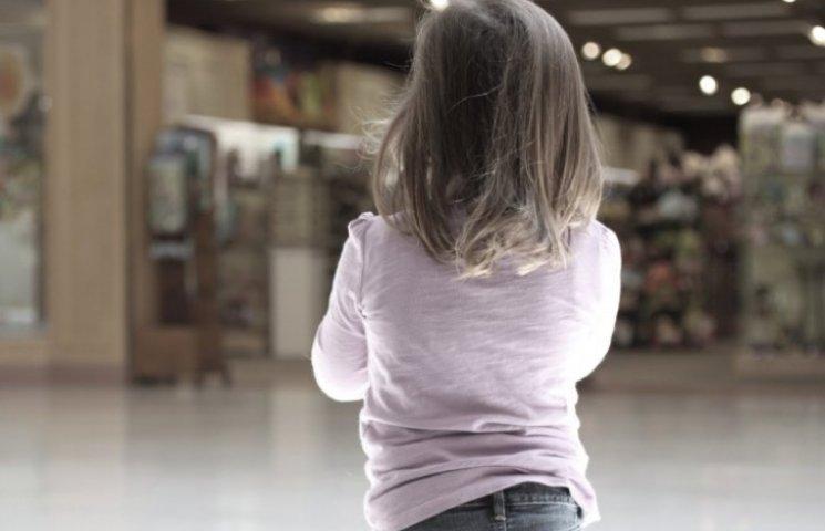 """""""Без грошей та їжі"""": На Тернопільщині горе-мати залишила маленьку донечку на зупинці, а сама поїхала додому"""