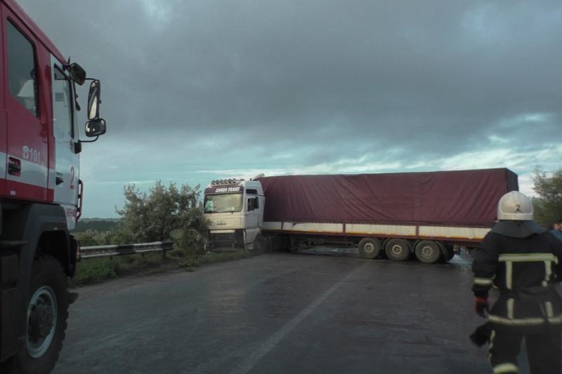 Моторошна ДТП під Чернівцями: На швидкості зіштовхнулися 7 легкових автомобілі та 2 вантажівки