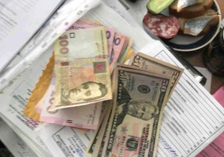 По 600 доларів за довідку: В Одесі викрили лікарів, які вимагали гроші в інвалідів