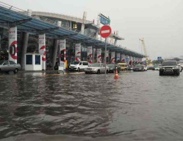 Стихія затоплювала підземні переходи і валила дерева: показали наслідки буревію в Києві