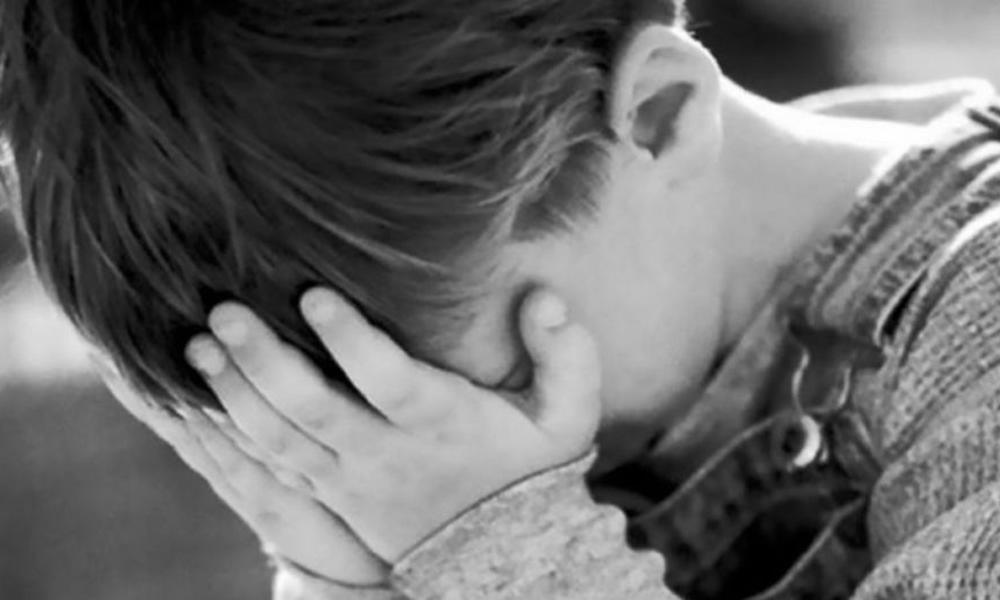 Поки батьки сиділи за столом: 15-річний підліток зґвалтував трирічного брата
