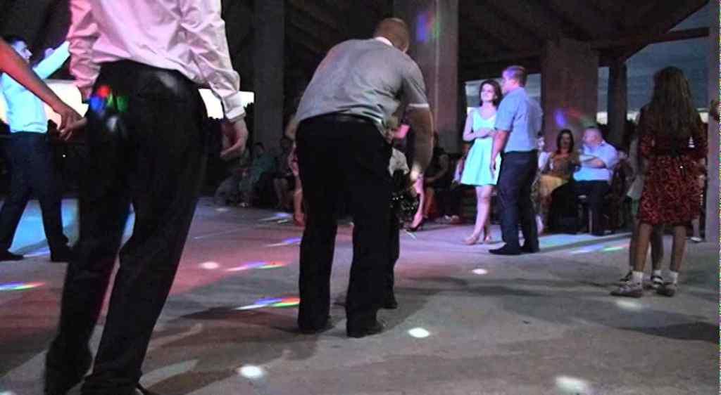 Прямо за святковим столом: шестеро людей провалилися крізь землю на весіллі