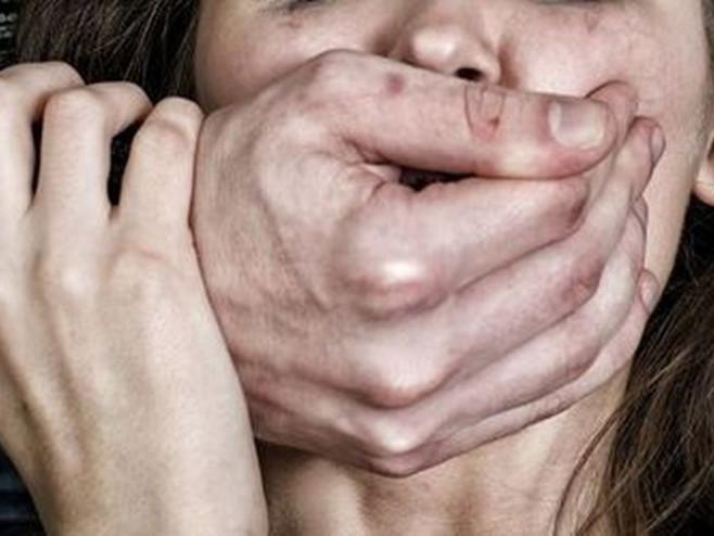 Батько зґвалтував малолітніх дочок, поки їхня мати молилася замість того щоб викликати поліцію