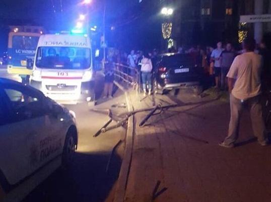 """""""Йди на х@@!"""": В Тернополі мажорна дама-""""папугайчик"""" знесла паркан і вилетіла на тротуар (Відео)"""