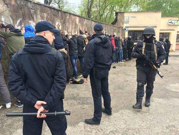 Свідки чули постріл, а потім побачили: В центрі Івано-Франківська влаштували масову бійку