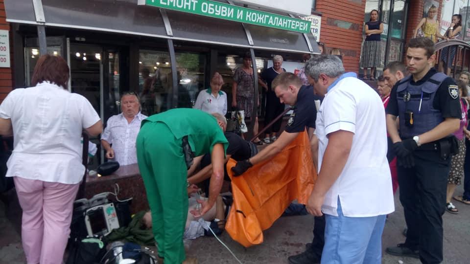 Дитина плакала і просила врятувати тата: в центрі Дніпра чоловік вмирав посеред вулиці на очах у 6-річної дівчинки