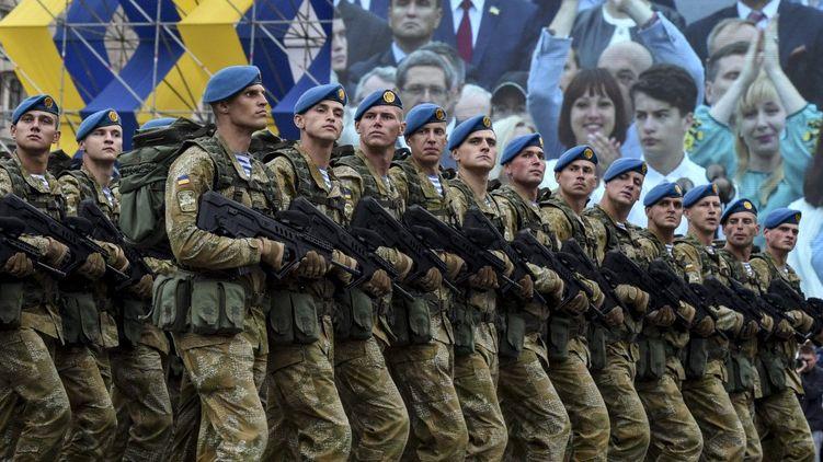 """Комбінезони змінити на жупани! Як в армії ставляться до зміни привітання на """"Слава Україні"""""""