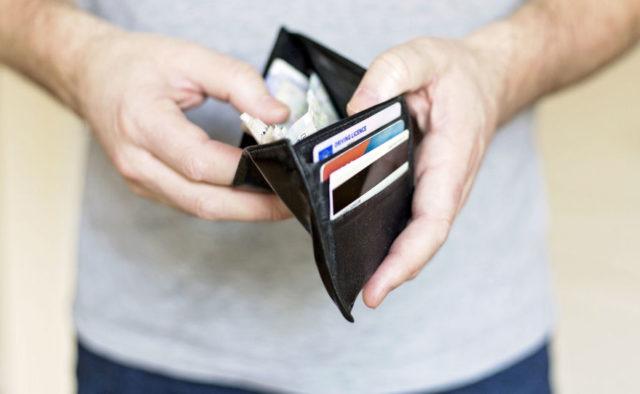 Знімайте готівку, поки не пізно: Клієнтам популярного українського банку відключать картки