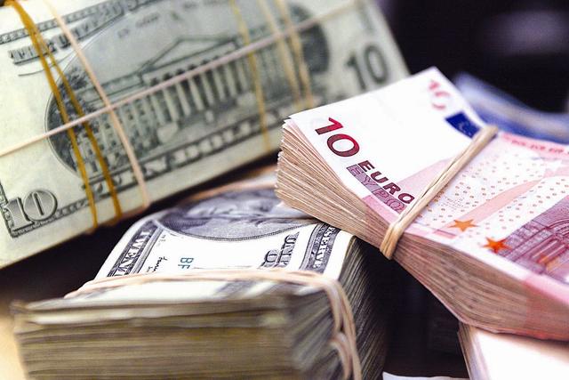Вимагала 3400 доларів: Працівниця Київської митниці погоріла на хабарі