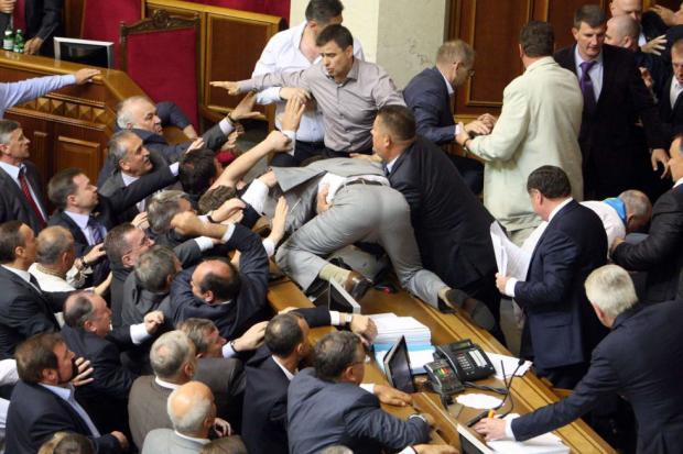 """""""Розіб'ю тобі голову"""": Скандальний депутат влаштував """"грандіозну"""" бійку в прямому ефірі"""