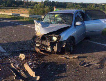 На Львівщині молодик на шаленій швидкості виїхав на зустрічну смугу та зіткнувся з легковиком лоб в лоб. Є жертви