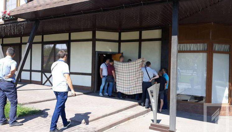 Вимагали від підприємця 7 тисяч євро: У Кривому розі на гарячому затримали двох чиновників