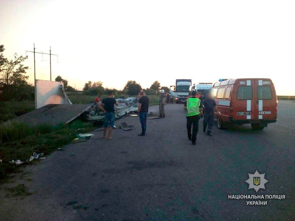 Автівка розтрощила зупинку, є жертви (ФОТО)